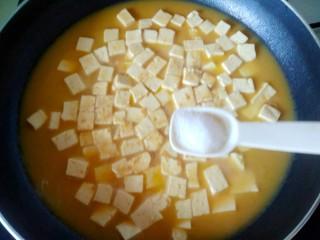 蟹黄豆腐,加入一小勺盐