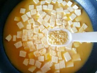 蟹黄豆腐,一小勺鸡精