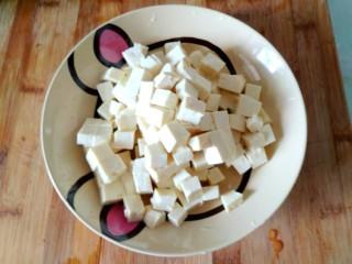 蟹黄豆腐,在把豆腐切成小块备用