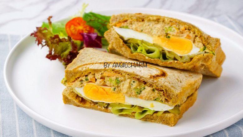 金枪鱼沙拉三明治,切好,摆盘。