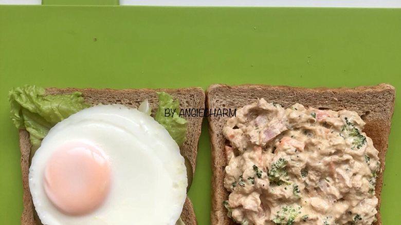 金枪鱼沙拉三明治,铺上鸡蛋,另外一片涂满金枪鱼沙拉。