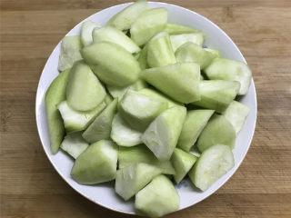 鲜贝扁尖笋丝瓜,切成滚刀块。