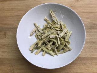 鲜贝扁尖笋丝瓜,泡好的扁尖笋撕成条后切小段。