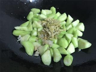 鲜贝扁尖笋丝瓜,炒至丝瓜变色后加入鲜贝丝和扁尖笋段。