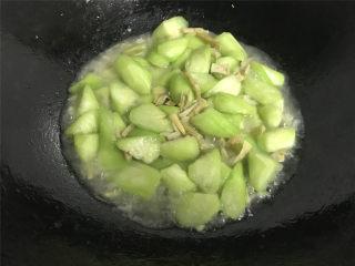 鲜贝扁尖笋丝瓜,加少许的水煮开。