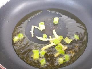 茄子丝炒土豆丝,然后锅里热油,把葱和姜爆香。