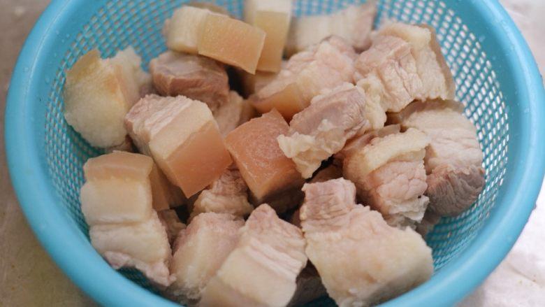 猪肉炖粉条,倒出五花肉,冲洗干净,沥干水分备用。