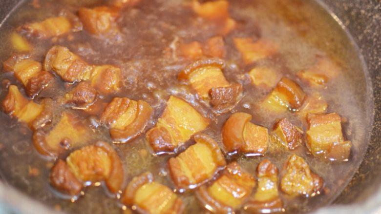 猪肉炖粉条,大火煮开后,盖上锅盖,转小火煮50分钟。打开锅盖,把锅里的配料捞出来丢掉。