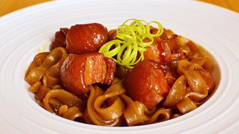 猪肉炖粉条,出锅装盘。