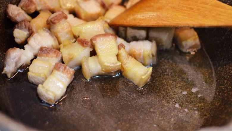 猪肉炖粉条,炒到五花肉变金黄,出很多油。