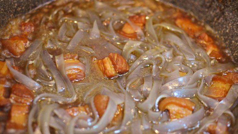 猪肉炖粉条,放入粉条和盐,再次煮开后,盖上锅盖转小火煮20分钟。