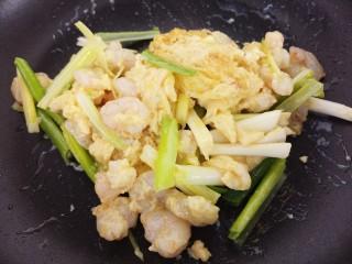 虾仁滑蛋,翻炒几下,再加入葱段。