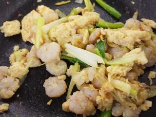 虾仁滑蛋,翻炒均匀。