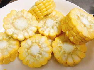 石橄榄鸡汤 润喉清肺的小滋补,玉米切小块。