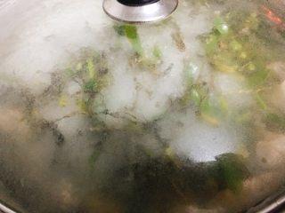 石橄榄鸡汤 润喉清肺的小滋补,盖上锅盖,煮5分钟。