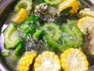 石橄榄鸡汤 润喉清肺的小滋补,15分钟后,加入准备好盐和味精调味即可。