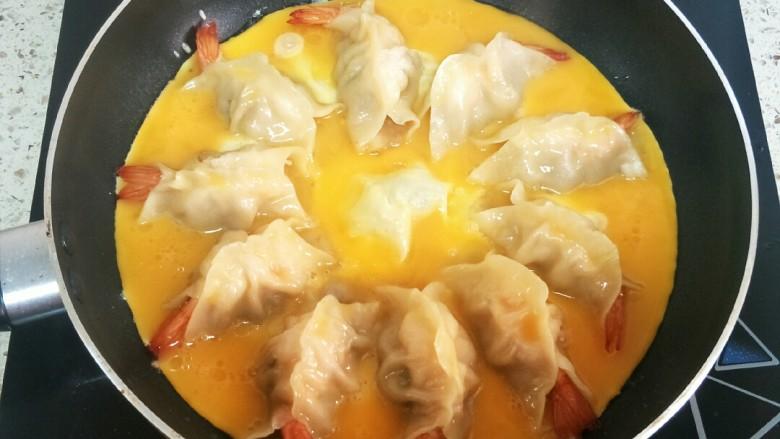 大虾抱蛋煎饺,蛋液均匀的淋入锅里