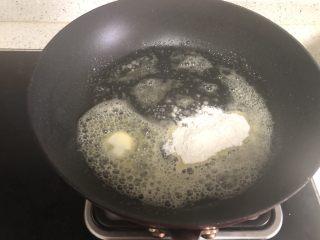 白酱培根意面,锅中放20g左右的黄油,一勺面粉炒香,小火