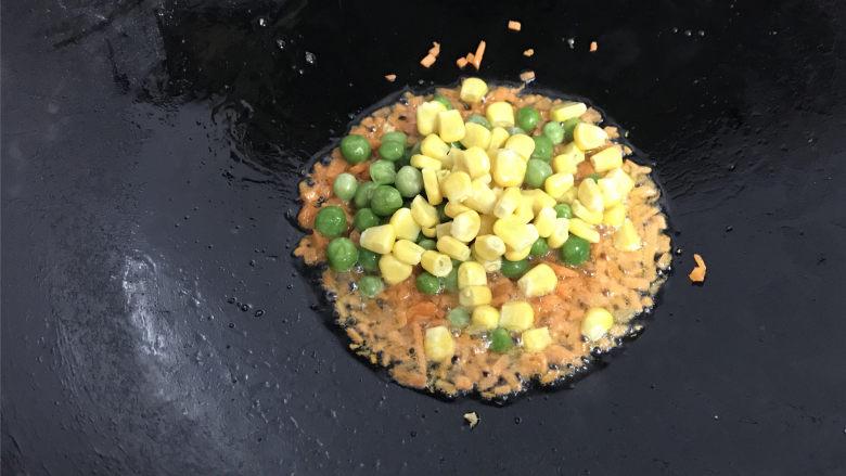 家常炒米粉,放入胡萝卜粒煸炒后放入青豆和玉米粒。
