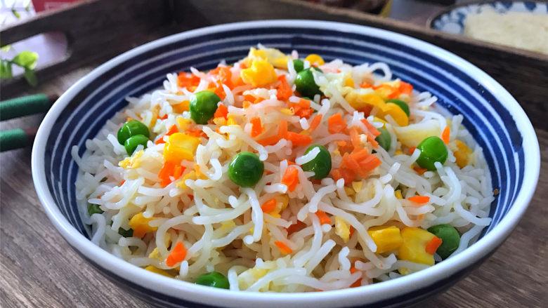 家常炒米粉,味道鲜美,营养丰富,快手而简单的家常米粉不用10分钟就可以吃上了。