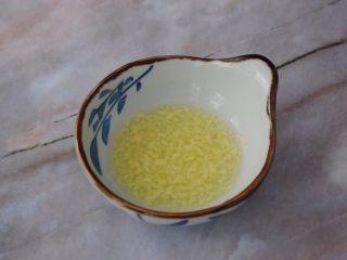 赛螃蟹,生姜切碎,加入白醋、糖、盐搅拌均匀即为生姜汁
