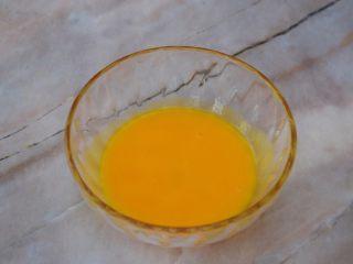 赛螃蟹,蛋黄搅打均匀