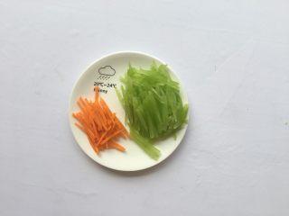 清炒莴笋丝,胡萝卜切丝