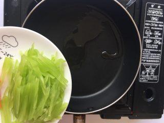 清炒莴笋丝,倒入食材翻炒片刻