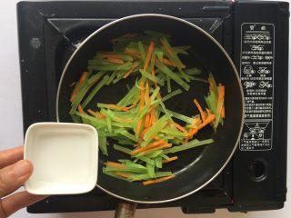 清炒莴笋丝,倒入少量清水焖煮片刻即可出锅