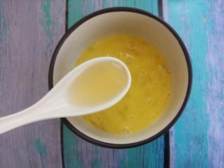 蒜苔炒鸡蛋,加入一勺料酒。
