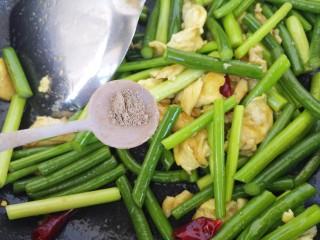 蒜苔炒鸡蛋,加半勺胡椒粉。