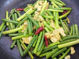 蒜苔炒鸡蛋,再加入干辣椒。