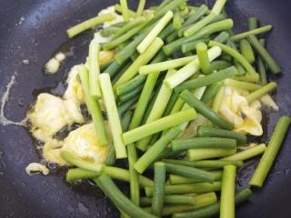 蒜苔炒鸡蛋,然后加入蒜苔炒。