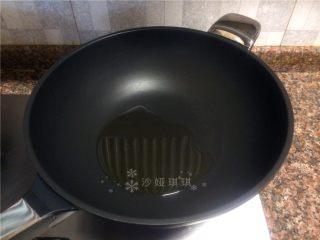 山药烧肉,热锅倒油烧至八成热。