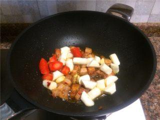 山药烧肉,放入大蒜、生姜、山药和胡萝卜翻炒30秒。