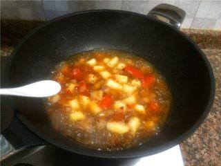 山药烧肉,放入适量盐搅拌均匀,小火煮至汤汁浓稠。