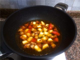 山药烧肉,倒入一大碗清水煮开。