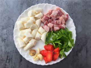 山药烧肉,将五花肉切小方块,山药、青椒、胡萝卜切块,大蒜去皮、生姜拍扁。