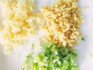 酸菜鱼,葱,姜,蒜全部切成沫,越细越好