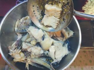酸菜鱼,捞起来备用,我下边码了豆芽,家里人喜欢吃,