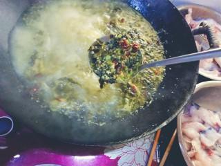 酸菜鱼,水开后煮两分钟,把酸菜打捞起来备用