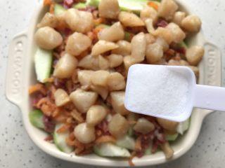 三鲜蒸丝瓜,均匀撒上一小勺细盐