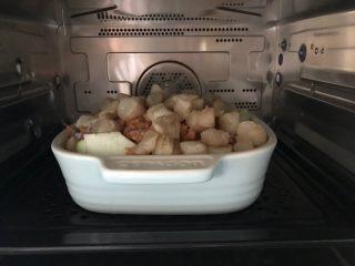 三鲜蒸丝瓜,放入蒸箱