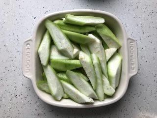 三鲜蒸丝瓜,丝瓜去皮洗净之后切滚刀块,然后放入蒸盘