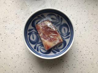 三鲜蒸丝瓜,火腿稍微冲洗一下之后用适量温水浸泡