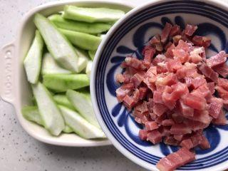 三鲜蒸丝瓜,撒上浸泡好并且切好的火腿丁
