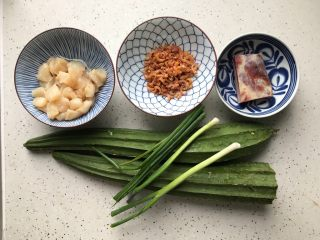 三鲜蒸丝瓜,首先我们准备好所有食材