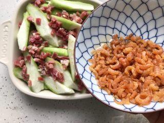 三鲜蒸丝瓜,再铺上浸泡好并且控干水分的金钩海米