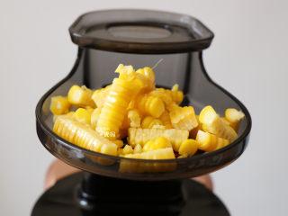 奶香玉米汁(原汁机版),取适量玉米粒放在侧面投料口;