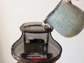 奶香玉米汁(原汁机版),倒入冷开水或纯净水;